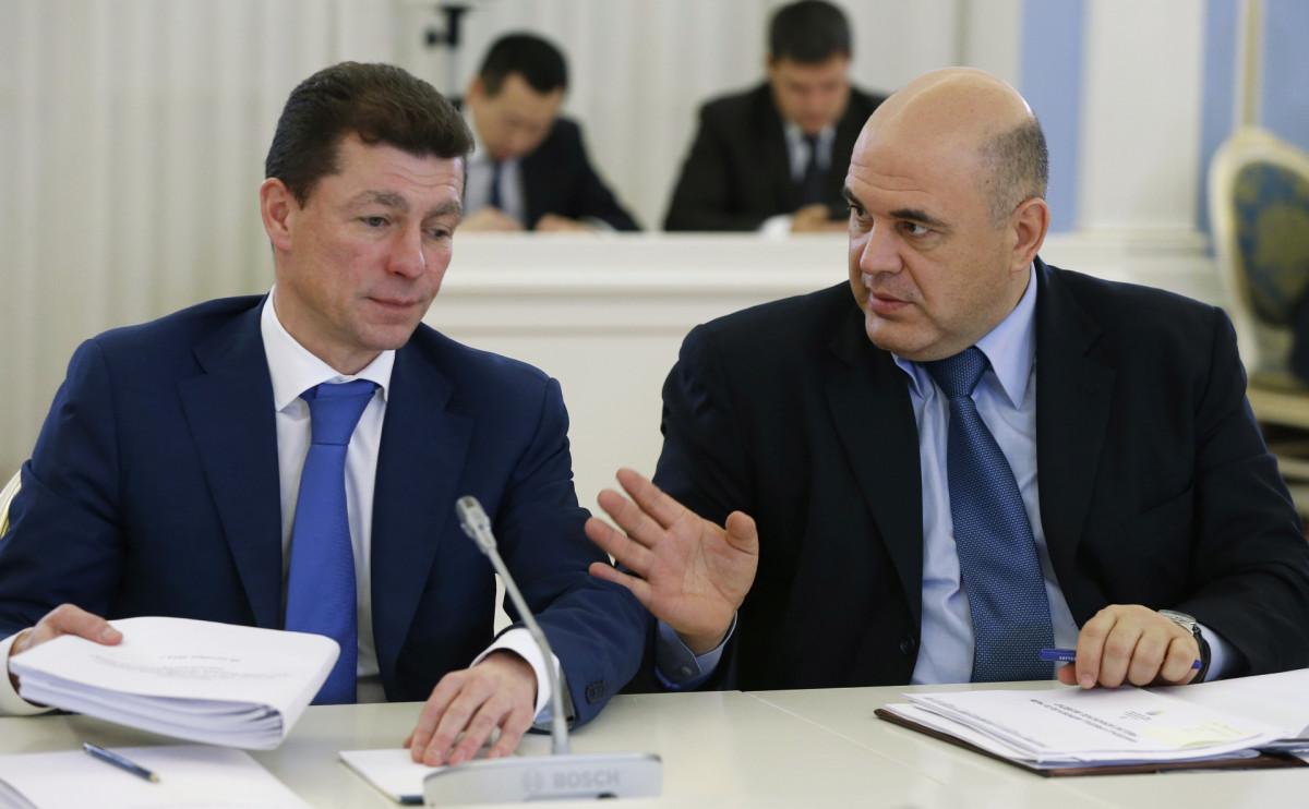 Максим Топилин и Михаил Мишустин (справа)