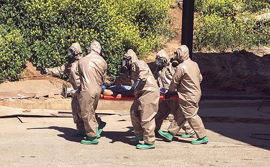 Транспортировка в больницу пострадавшего при химической атаке. 4 апреля 2017 года