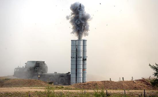 Зенитно-ракетный комплекс ПВО С-300 (архивное фото)