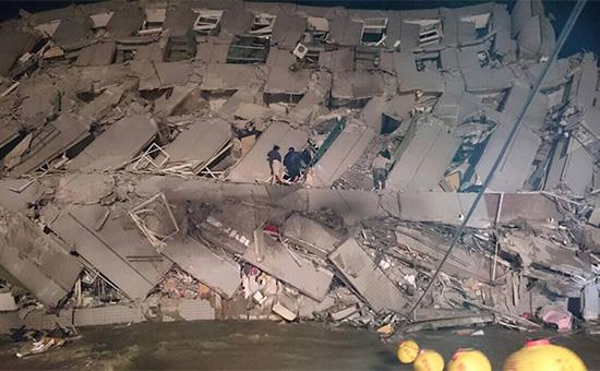 Спасатели осматривают упавшее здание