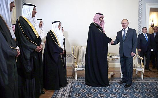 Министр обороны Саудовской Аравии принц Мухаммад ибн Салман и президент России Владимир Путин (в центре слева направо) во время встречи