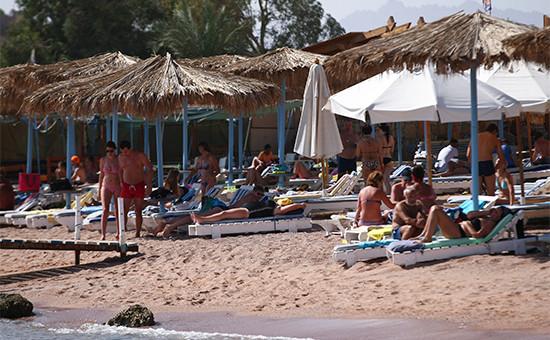 Туристы на пляже в Шарм-эль-Шейхе