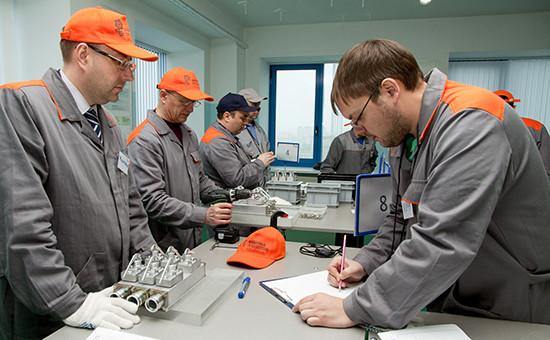 Обучаясь производственной системе «Росатома», менеджеры компании выполняют функции рабочих. Это поможет им эффективнее организовать работу, надеются в корпорации