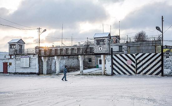 Сотрудник полиции у стен колонии (ИК-7), гдесодержится Ильдар Дадин в городе Сегежа