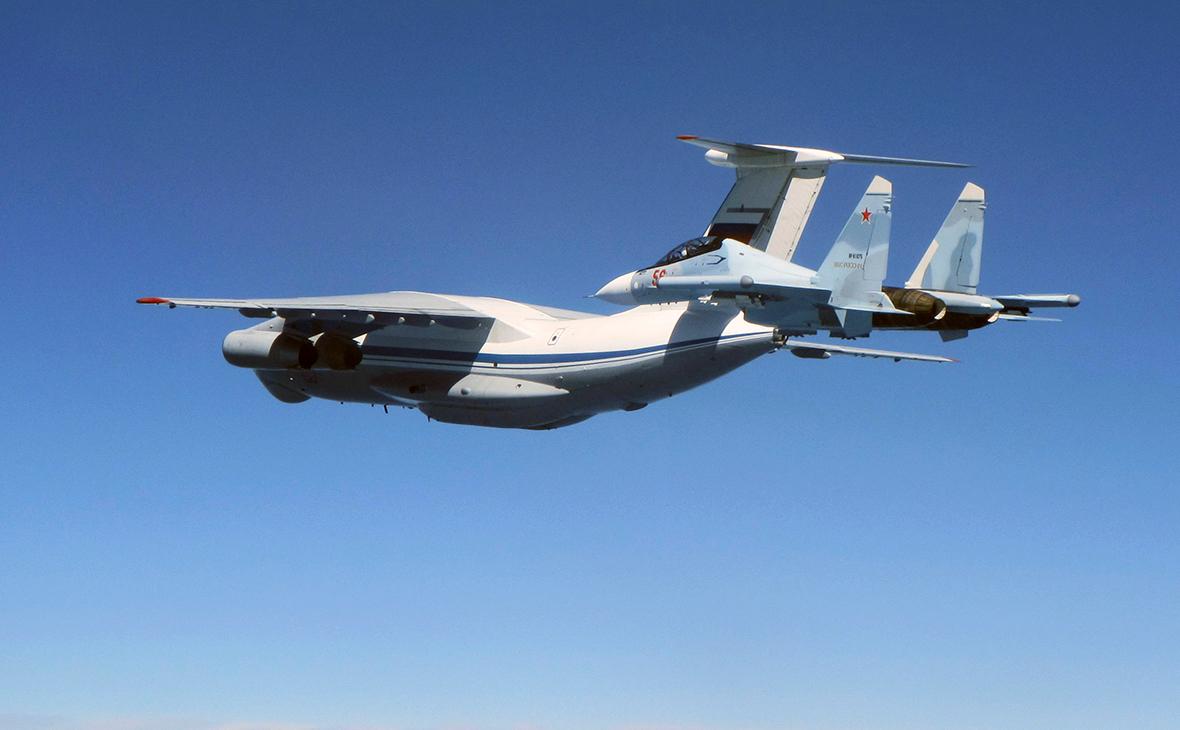 Ил-76 (на заднем плане)