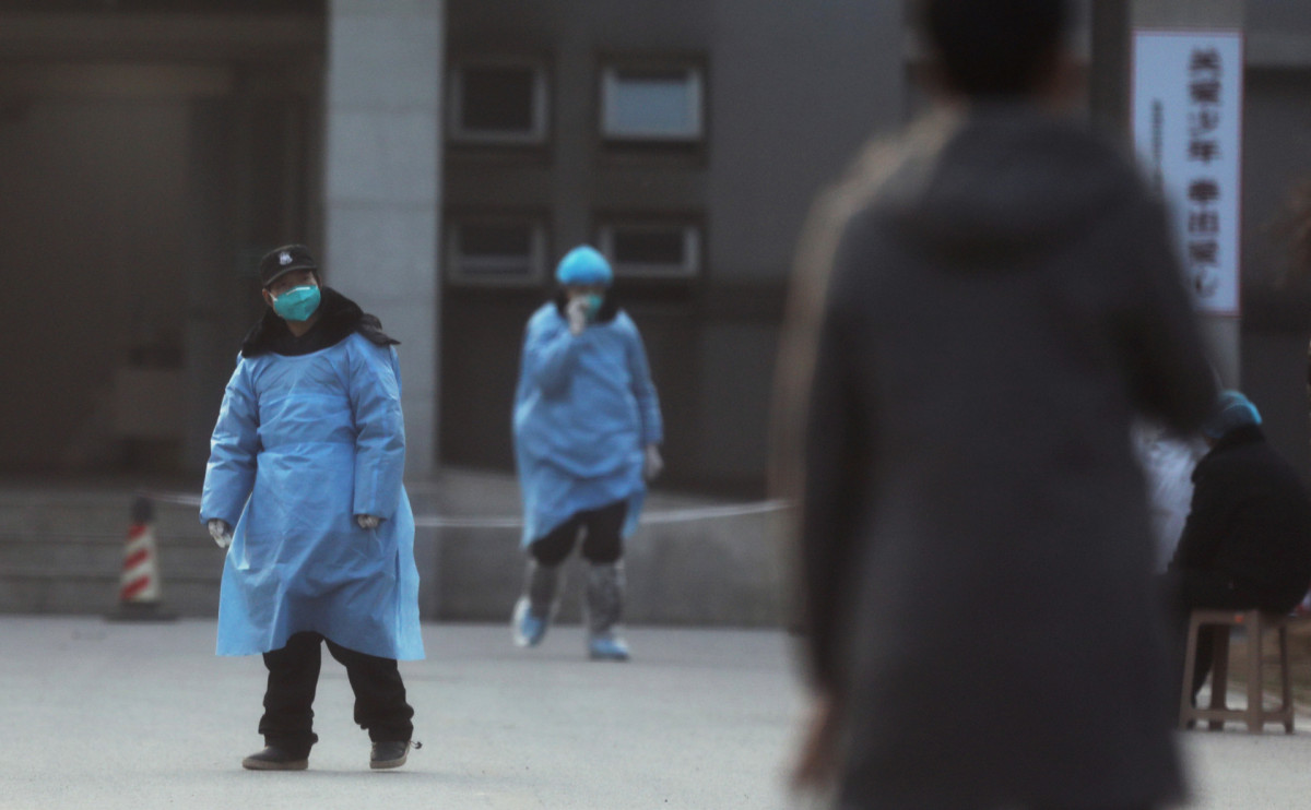 Люди в масках на улице в Ухане
