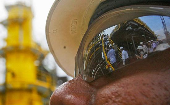 На нефтяной вышке возле берегов Анголы