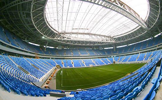 Трибуны дляболельщиков ифутбольное поле стадиона «Зенит Арена»
