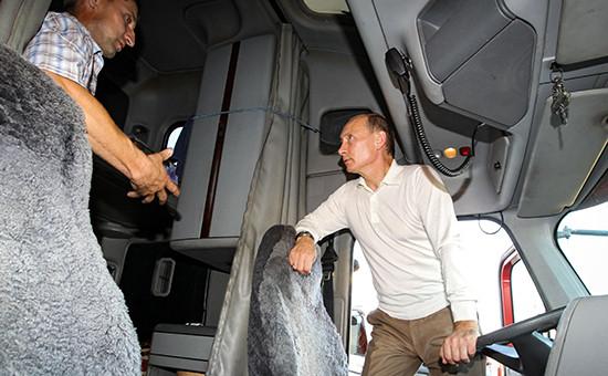 Президент России Владимир Путин общается сдальнобойщиком наодной изавтозаправочных станций вАмурской области натрассе Хабаровск—Чита. 2010 год