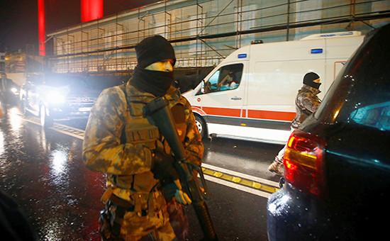 Полиция и скорая помощьу ночного клуба вСтамбуле. 1 января 2017 года