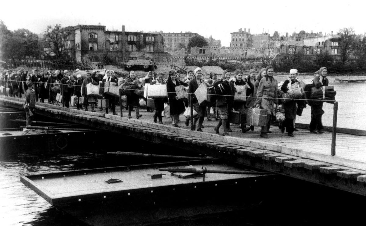 Советские работницы, угнанные в Германию, на пути домой, 1945 год