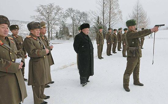 Лидер Северной Кореи Ким Чен Ын (в центре)