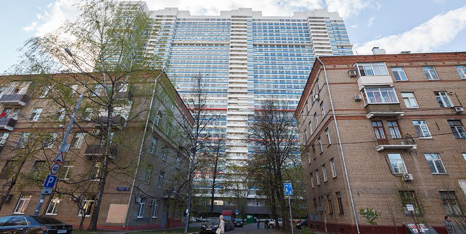 Жилые пятиэтажные дома на улице Бажова на фоне новостройки