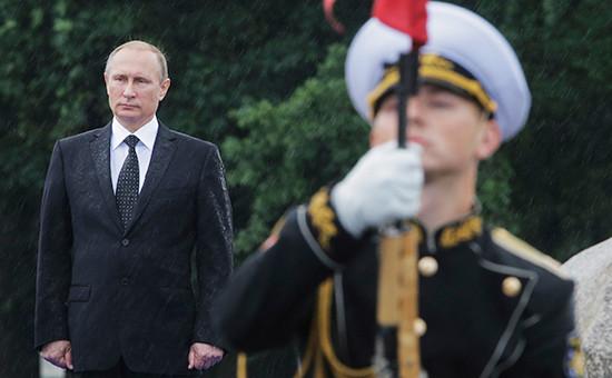 Президент России Владимир Путин (слева)