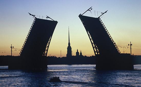 Вид на разведенный Дворцовый мост в Санкт-Петербурге