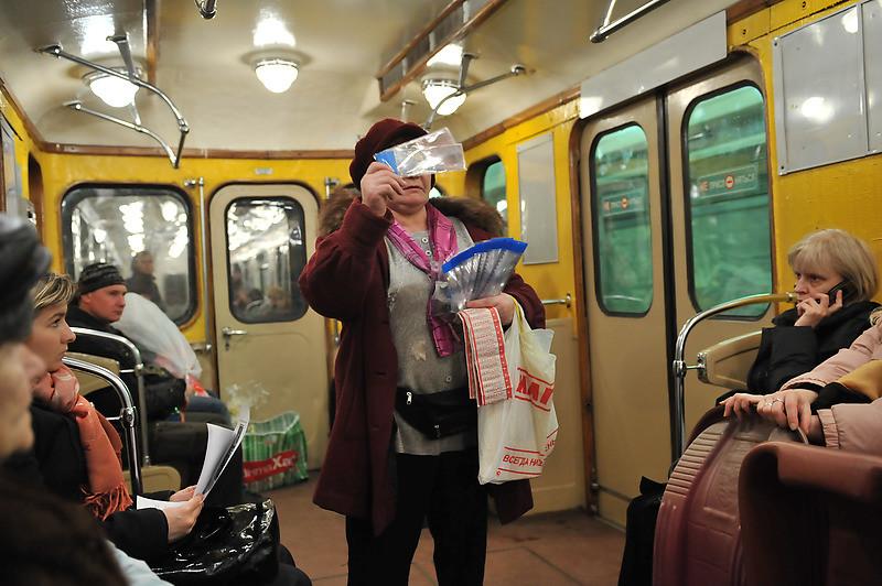 Торговля в вагоне метро