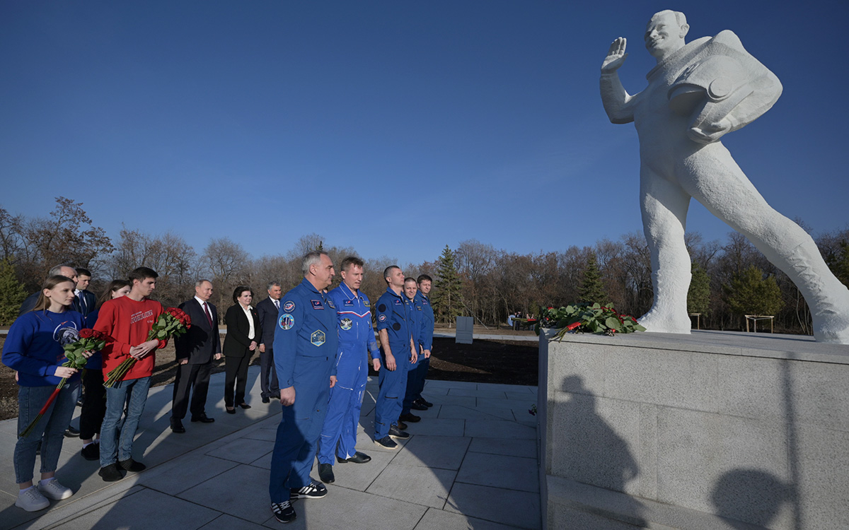 Владимир Путин на церемонии возложения цветов в День космонавтики в музейном комплексе«Парк покорителей космоса» на месте приземления Юрия Гагарина в Саратовской области