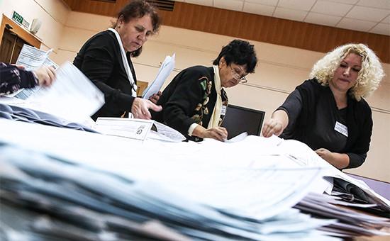 Члены избирательной комиссии во время подсчета голосов после окончания выборов в единый день голосования