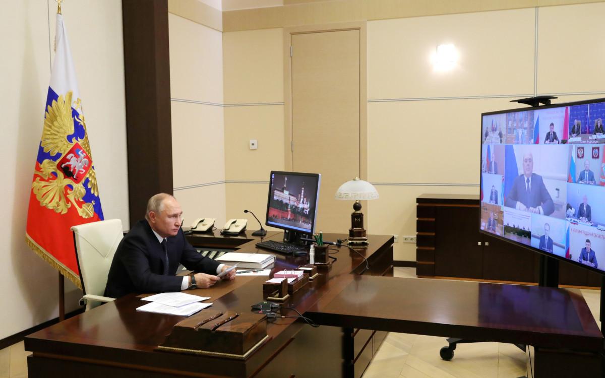 Президент России Владимир Путин во время совместного заседания Госсовета и Совета по стратегическому развитию и национальным проектамв режиме видеоконференции в Ново-Огарево