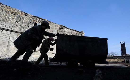 Горняки на территории шахты имени Челюскинцев в Донецке