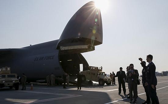Разгрузка американского грузового самолета ваэропорту Борисполь, март 2015 года