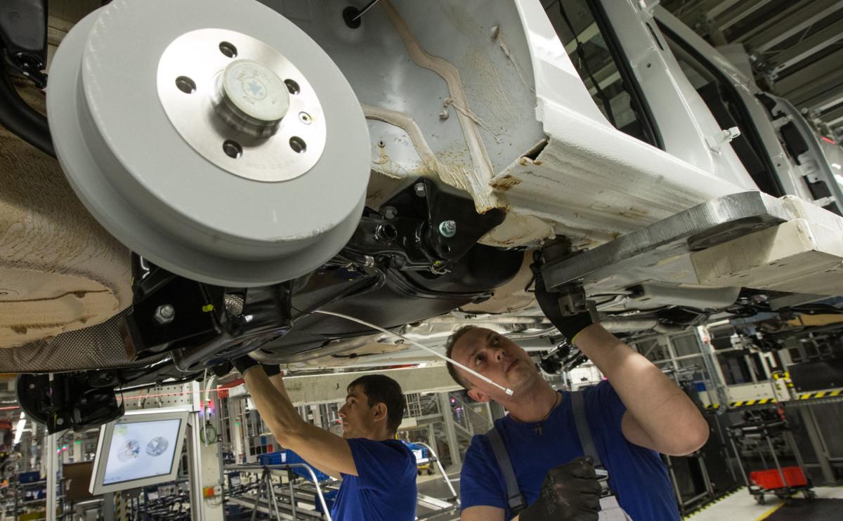 Сборка автомобиля на заводе Volkswagen в Калуге