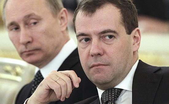 Президент России Владимир Путин и премьер-министр Дмитрий Медведев (справа)