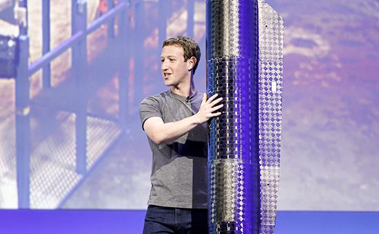 Основатель Facebook Марк Цукербергс элементомпропеллерабеспилотного самолета на солнечных батареях Aquila
