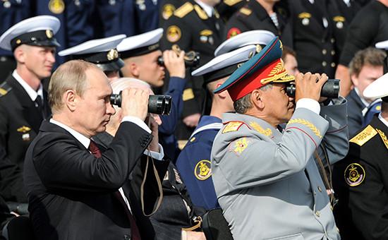 Президент России Владимир Путин (слева) и министр обороны РФ Сергей Шойгу