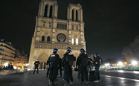 Полицейский патруль уСобора Парижской Богоматери в Париже, Франция