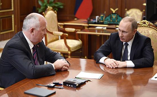 Глава «Ростеха» Сергей Чемезов ипрезидент России Владимир Путин вовремя рабочей встречи вКремле