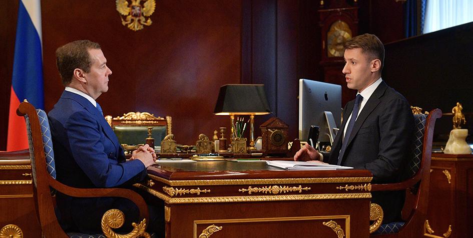 Премьер-министр РФ Дмитрий Медведев и генеральный директор ДОМ.РФ Александр Плутник во время встречи в подмосковной резиденции «Горки» 6 марта