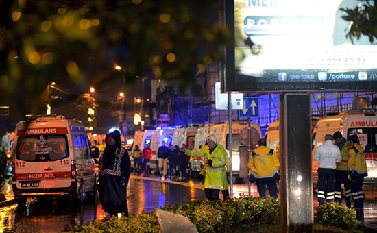 Машины скорой помощи возленочного клуба в Стамбуле, где былаоткрыта стрельба. 1 января 2017 года