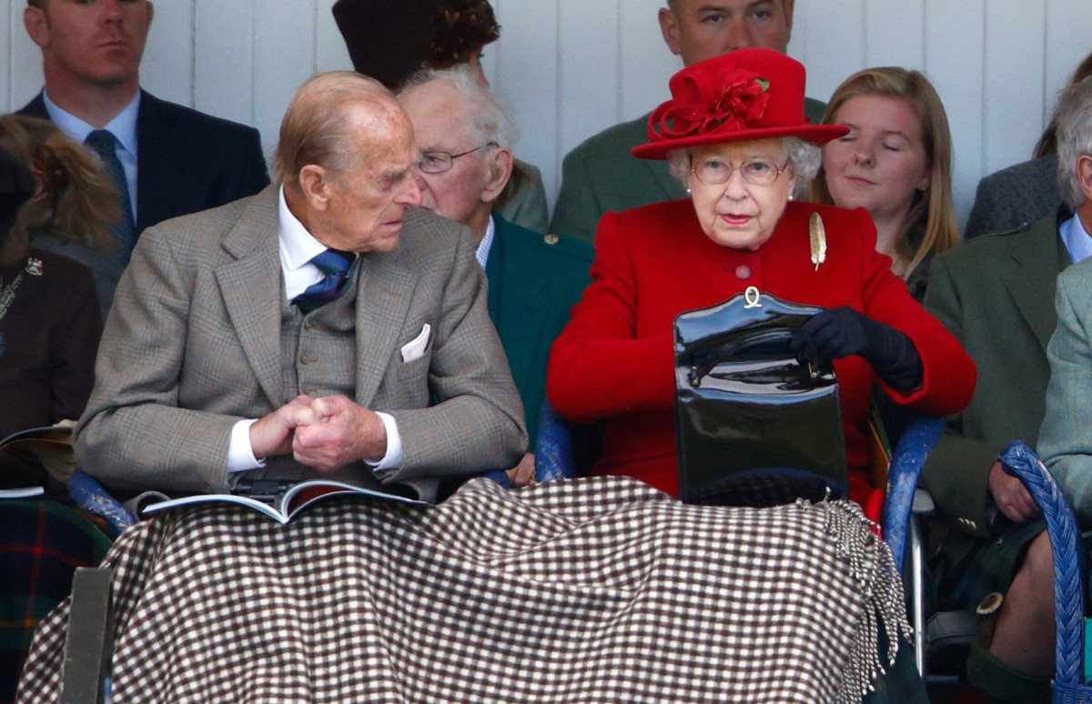 Принц Филипп и королева Елизавета II с сумкой Launer