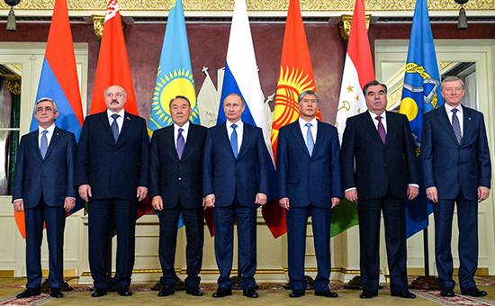 Церемония официального фотографирования передначалом заседания сессии вшироком составе Совета коллективной безопасности Организации Договора околлективной безопасности (ОДКБ) вКремле