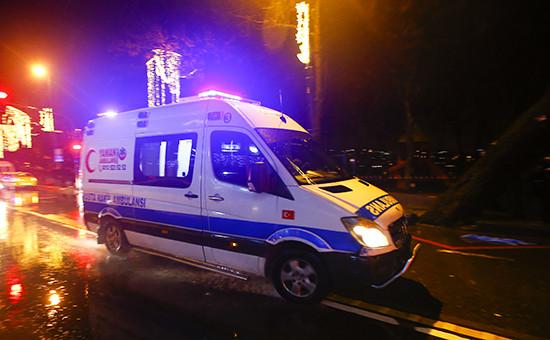 Машина скорой помощи возленочного клуба в Стамбуле, где произошла стрельба. 1 января 2017года