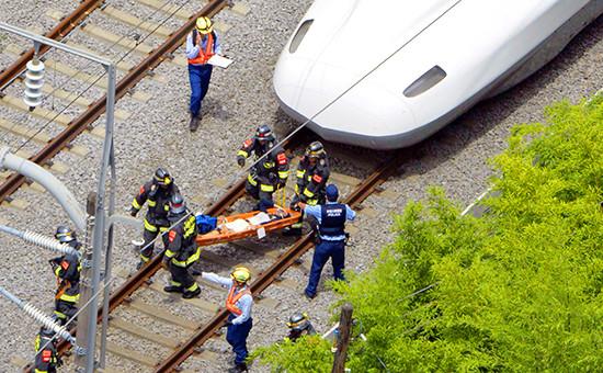 Скоростной поезд Nozomi 225совершил аварийную остановку в Одавара (на юге от Токио). На носилках пассажир, совершивший самоподжог