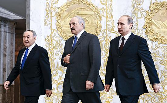 Президентов Казахстана и Белоруссии Нурсултана Назарбаева (слева) и Александра Лукашенко (в центре) кризис в России беспокоит не меньше, чем Владимира Путина (справа)
