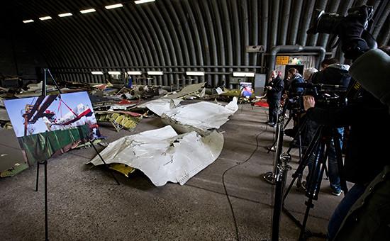 Фрагменты лайнера Boeing 777 Malaysia Airlines (рейс MH17) на военной базе в Нидерландах