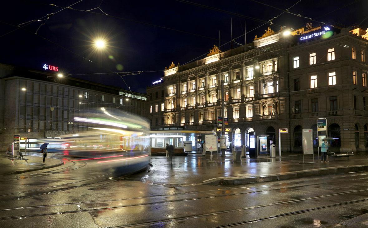 Вид на здания швейцарских банков UBS и Credit Suisse