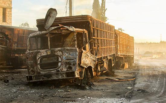 Разрушенный врезультатеобстрела грузовик гуманитарного конвоя