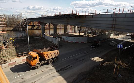 Строящийся автомобильный мост, входящий вскоростную трассу M-11 Москва— Санкт-Петербург врайоне города Химки, 2013 год