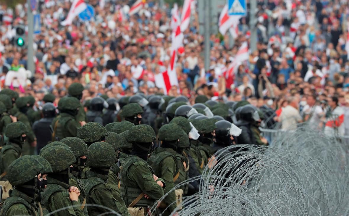 Сотрудники правоохранительных органов во время акции оппозиции в знак протеста против результатов президентских выборов в Минске