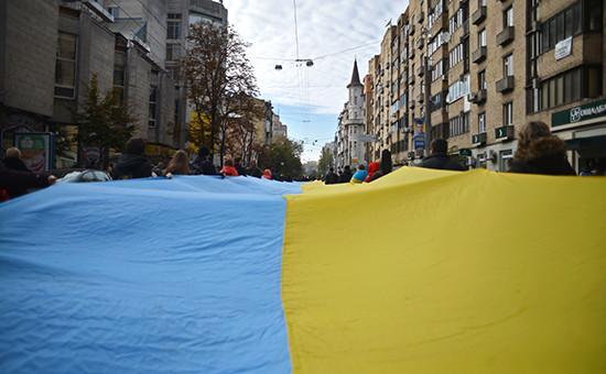 Киевляне с национальным флагом на улицах города