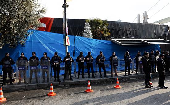 Турецкие полицейские у входа вночной клуб, гдепроизошел теракт