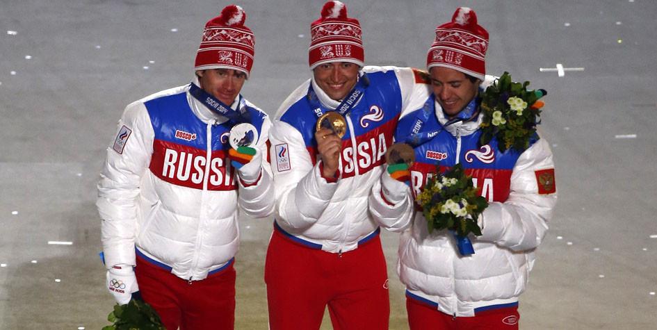 Российские лыжники Максим Вылегжанин, Александр Легков и Илья Черноусов (слева направо), завоевавшие медали в марафоне на Олимпиаде-2014 в Сочи