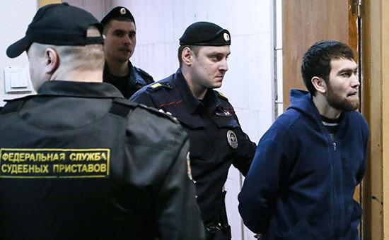Обвиняемый в убийстве Бориса НемцоваАнзор Губашев (справа)