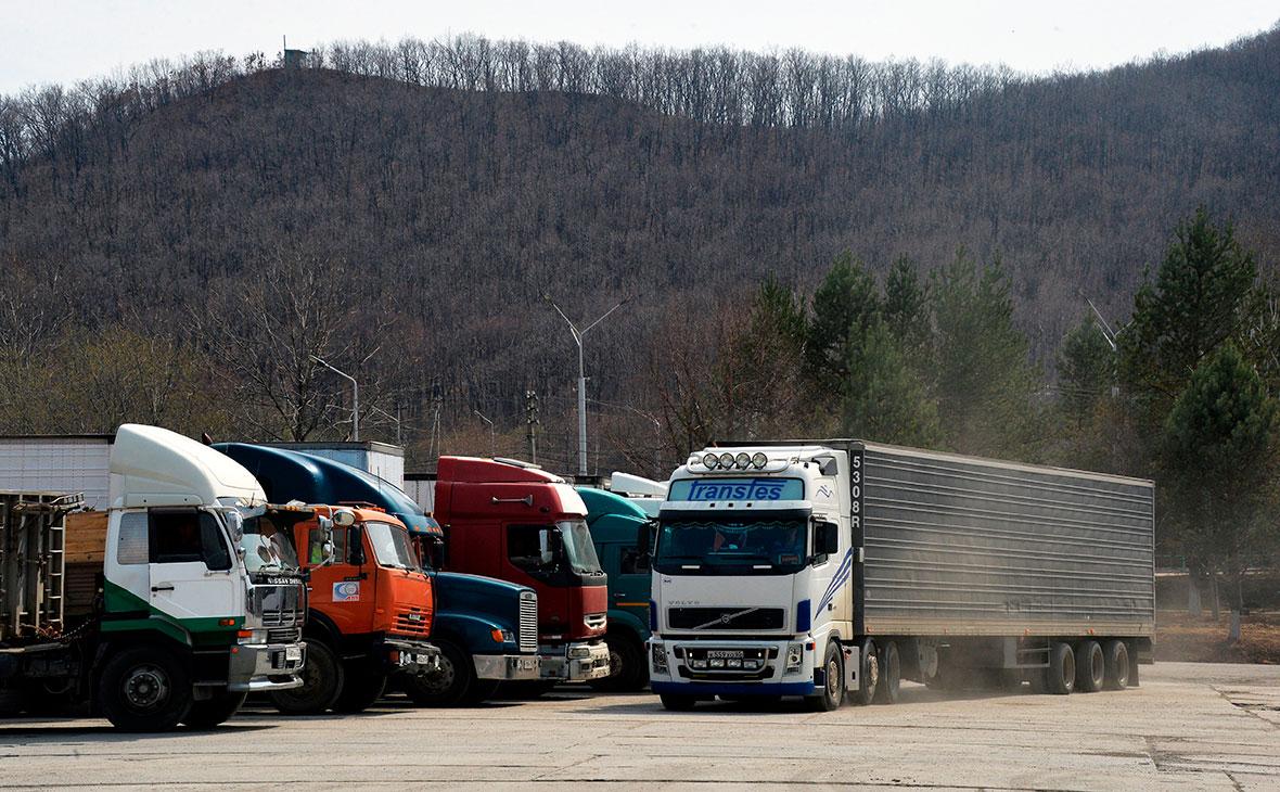 Большегрузные автомобили на пункте пропуска Пограничный в Приморском крае на российско-китайской границе