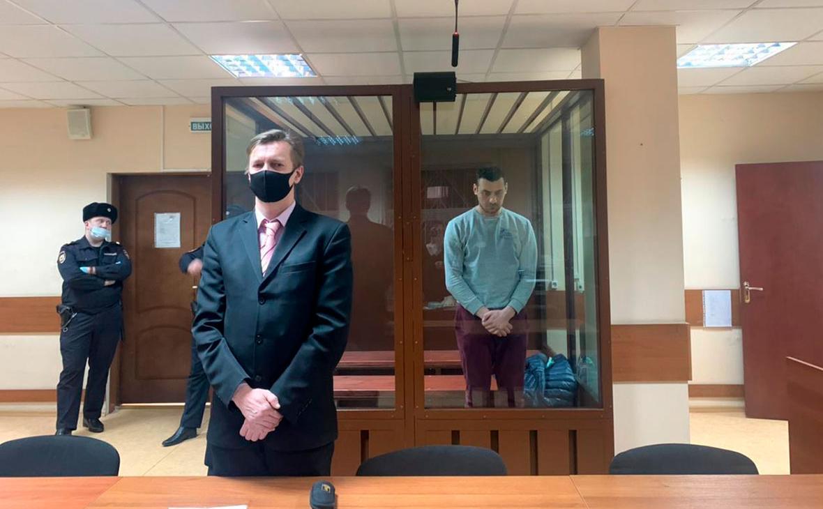 Обвиняемый в нападении на бойца спецназа ОМОНа во время несогласованной акции 23 января Тимур Салихов (справа)