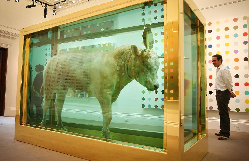 «Золотой теленок» Дэмьена Хёрстана предаукционной выставке к его соло-торгам «Beautiful Inside My Head Forever» дома Sotheby's, 2008